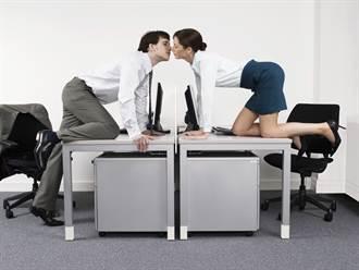公司培訓玩坐大腿 輸了要男女互親
