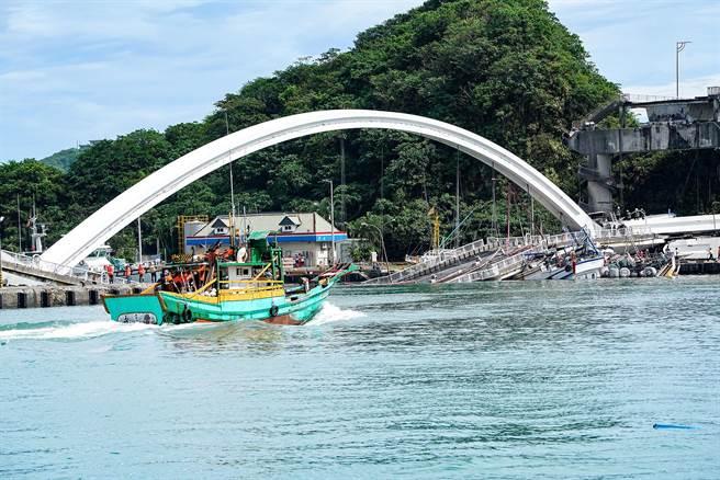 因跨港大橋崩塌堵住航道,漁船受到影響無法出海作業。(李忠一攝)