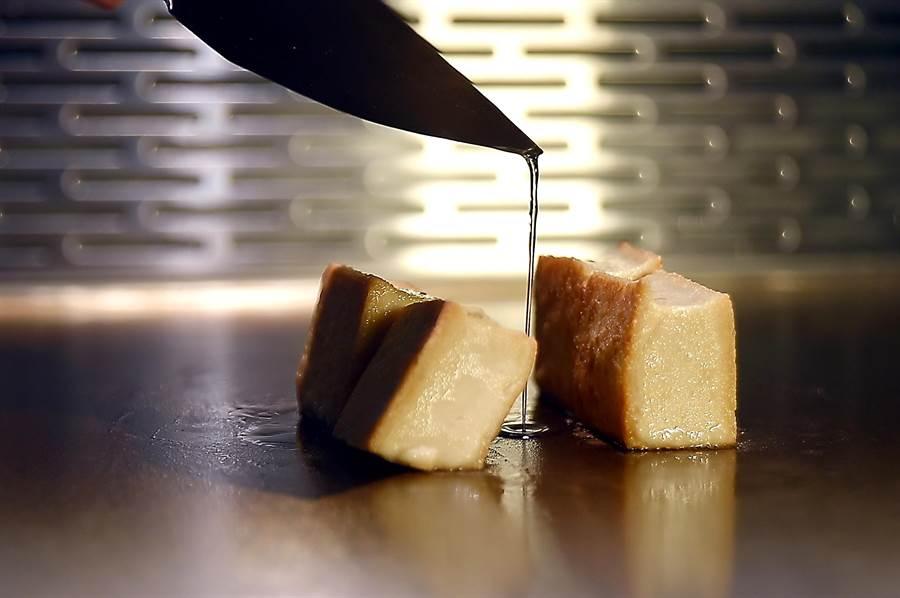 〈初魚鐵板燒〉信義新天地A9店套餐中的〈胡麻豆腐〉,是在鐵板上香煎使表層呈金黃色。(圖/姚舜)