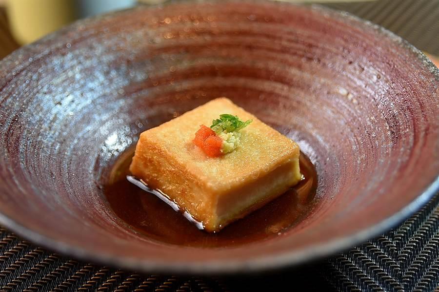 〈初魚鐵板燒〉的〈鐵板香煎鐵板胡麻豆腐〉,表皮口感似油豆腐,內裡質地稠滑細緻且味道濃郁。(圖/姚舜)