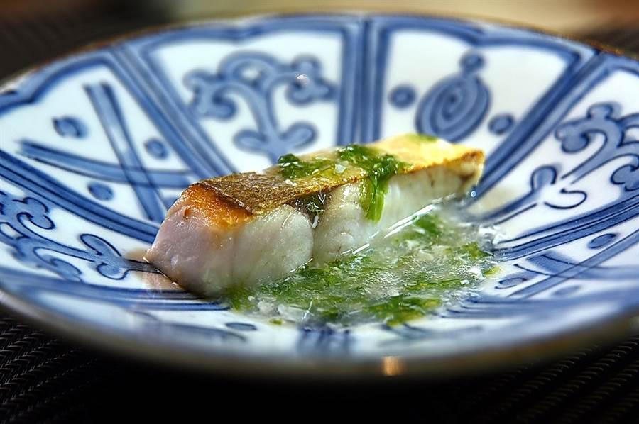 〈初魚鐵板燒〉信義新天地A9店的鐵板煎魚,提味醬汁是用靜岡漬昆布和蛋霜調製。(圖/姚舜)