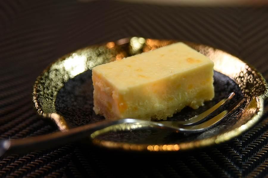 〈鹹蛋黃起司蛋糕〉是初魚目料連鎖獨步業界的創意甜點,在〈初魚料亭 鐵板燒〉亦可嘗到。(圖/姚舜)