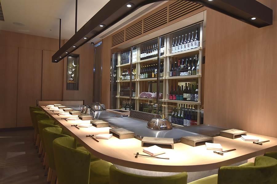 新光A9館的〈初魚鐵板燒〉的長形鐵板檯,可供10位客人在板前享用鐵板料理。(圖/姚舜)
