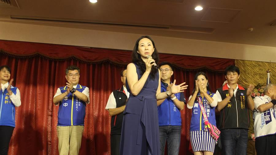 國民黨總統參選人韓國瑜夫人李佳芬(前)說,菜農林佳新(後排右二)說要到台中參選讓她頭皮發麻。(陳淑娥攝)