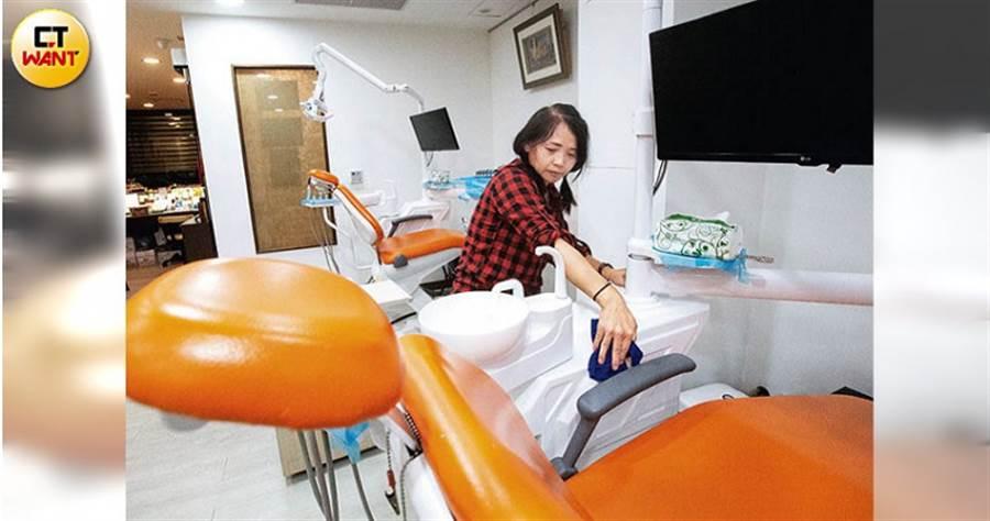 除了經營早餐店,方鳳儀還去診所兼職,在休診後當清潔工貼補家計。(圖/黃威彬攝)
