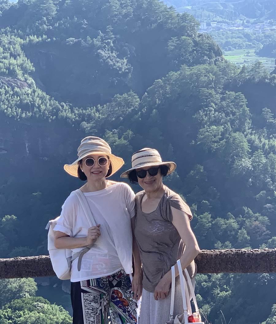 林青霞(左)和江青在武夷山最高峰天游峰山頂