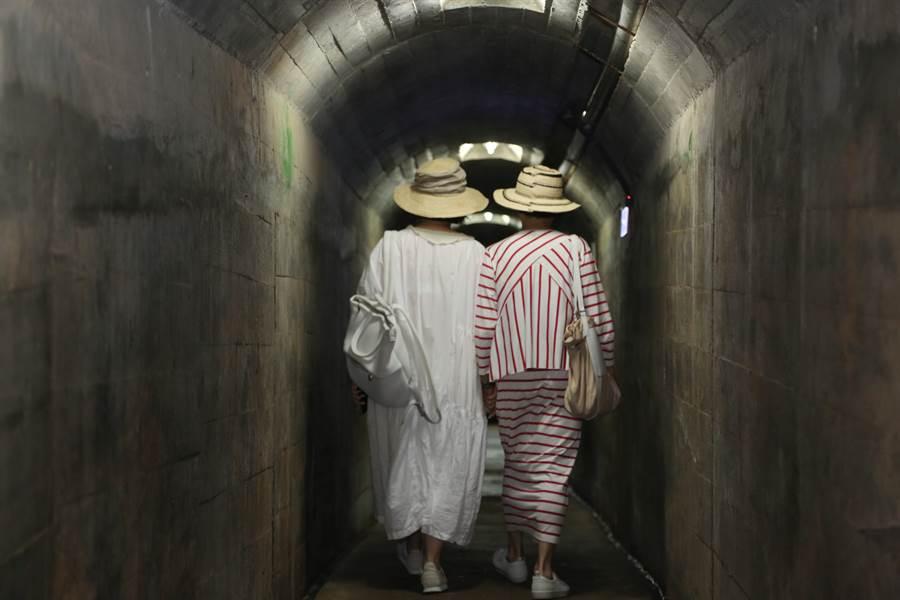 林青霞和江青在金門地下通道背影JPG