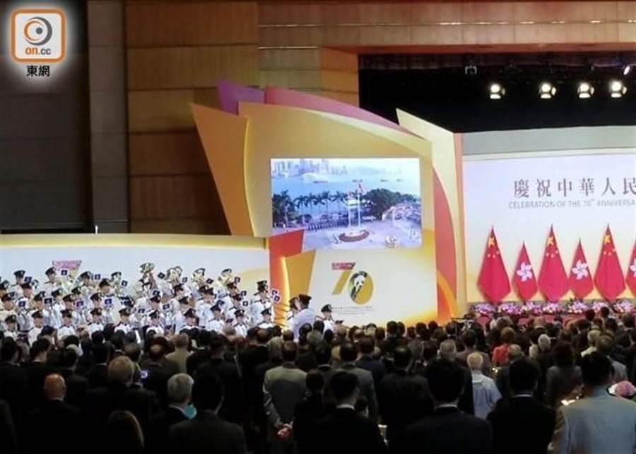 升旗儀式在會展中心直播。(圖/東網)