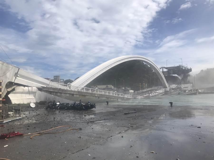 南方澳大橋突傳坍塌,目前軍方已派海軍救難人員搜救。(讀者提供/戴志揚台北傳真)