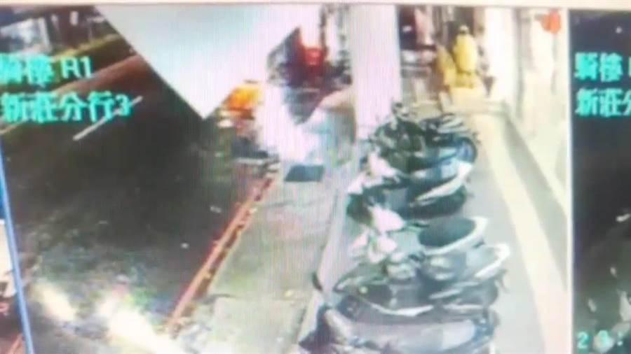 吳姓男子昨(30日)晚23時許至中正路的ATM存款,遭一名身穿黃色雨衣的搶匪持刀搶走2000元。(翻攝照片/吳亮賢新北傳真)