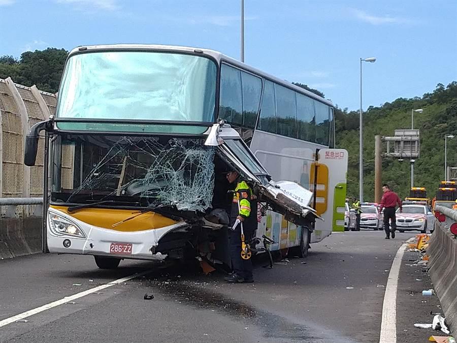 遊覽車駕駛傷重無生命跡象送醫,7名乘客受有輕重傷。(許家寧攝)