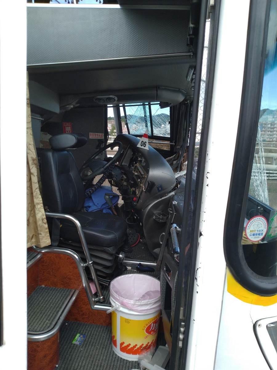 駕駛座位受損嚴重,司機救出時無呼吸心跳。(許家寧)
