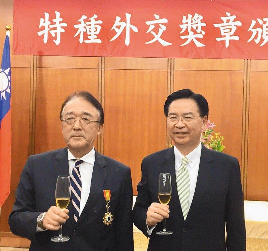 外交部長吳釗燮(右)於9月27日頒特種外交獎章予日本台灣交流協會台北事務所代表沼田幹夫(左)。(外交部提供)