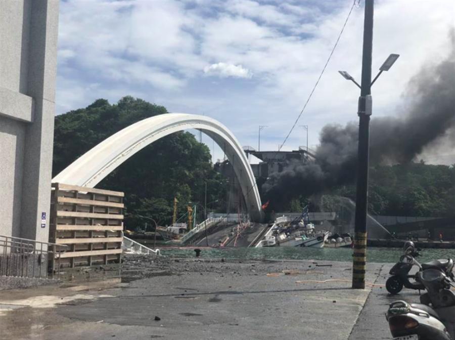 南方澳跨港大橋倒塌。(蘇澳鎮公所提供)