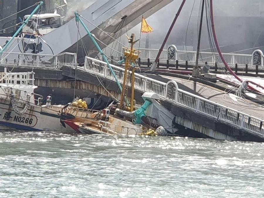 驚悚!宜蘭南方澳跨海大橋1日上午9時30分左右發生斷裂。(摘自爆費公社二社)