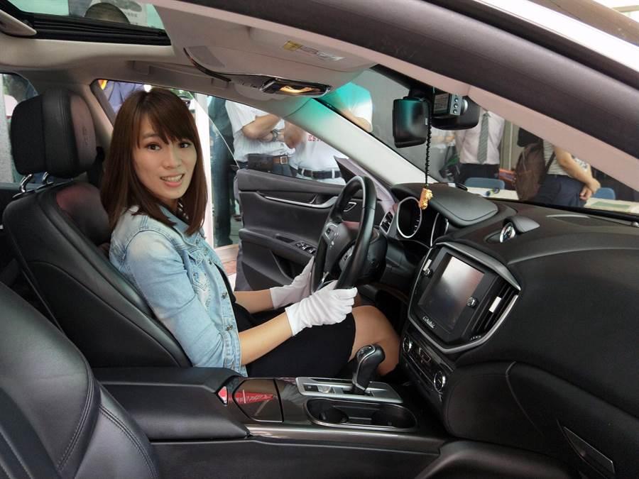 美麗的拍賣助理在拍賣MASERATI名車前,特別發動引擎刺激買氣。(洪榮志攝)