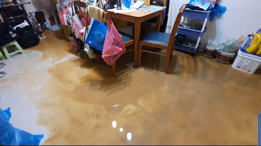 北投豪雨轟炸,泥水大量湧入民宅。(照片/游定剛 拍攝)