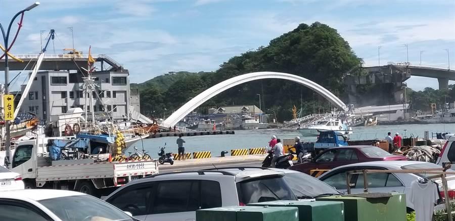南方澳大橋倒塌驚悚畫面。(李忠一攝)