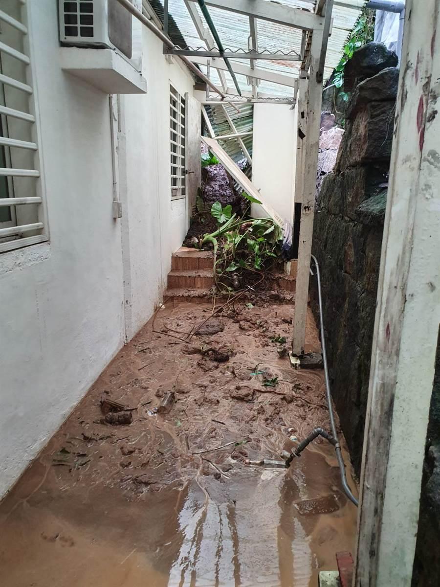 豪雨沖刷土石崩落北投一處民宅後陽台。(照片/游定剛 拍攝)