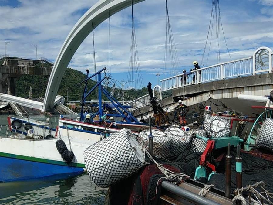 南方澳大橋倒塌,漁船遭壓。(李忠一攝)