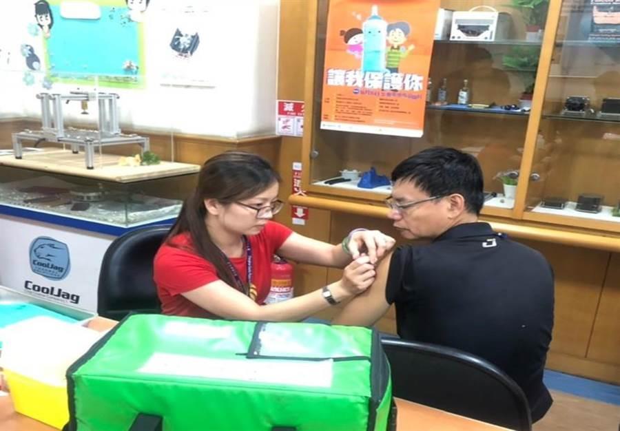 今年公費流感疫苗首度由三價升級為四價疫苗,但因世界衛生組織(WHO)延遲選株造成較去年延後一個月,開打時程將延後至11月15日以後,分批開打。(彰化縣衛生局提供/吳敏菁傳真)