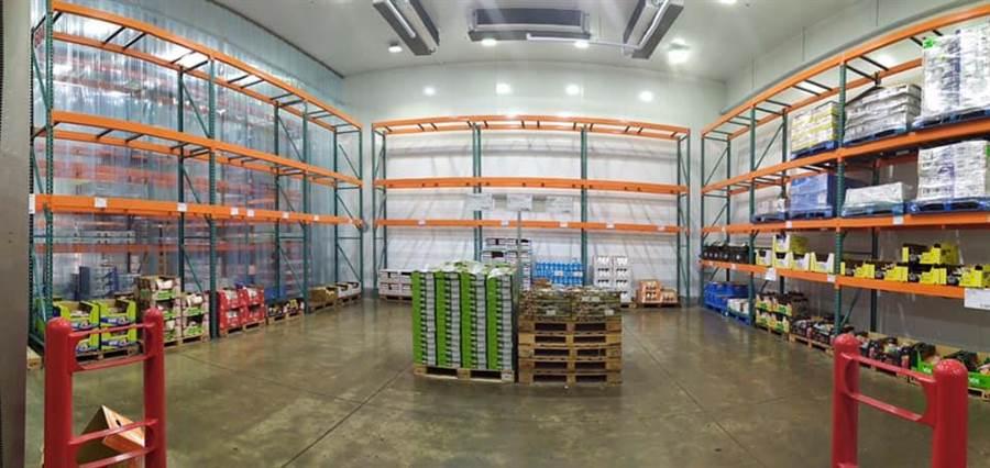 因颱風假原故,知名美式賣場Costco出現「塞爆」的人潮爆滿景象,更有民眾PO出賣場內,貨架被「洗劫一空」的畫面。(摘自臉書《Costco好市多商品經驗老實說》)
