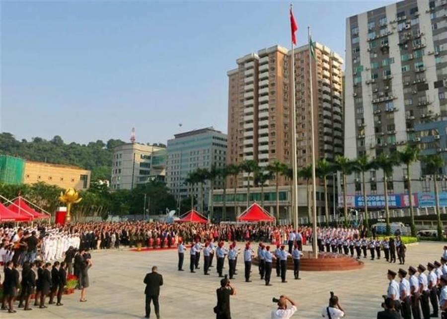 澳門十一升旗禮今早在金蓮花廣場舉行。(圖/東網)
