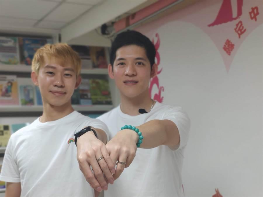 澳門人阿古(右)與台灣人信奇(左)今天登記結婚遭拒絕。(林良齊攝)