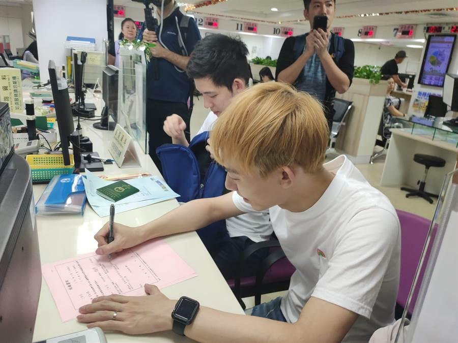 澳門人阿古(左)與台灣人信奇(右)今天登記結婚遭拒絕。(林良齊攝)