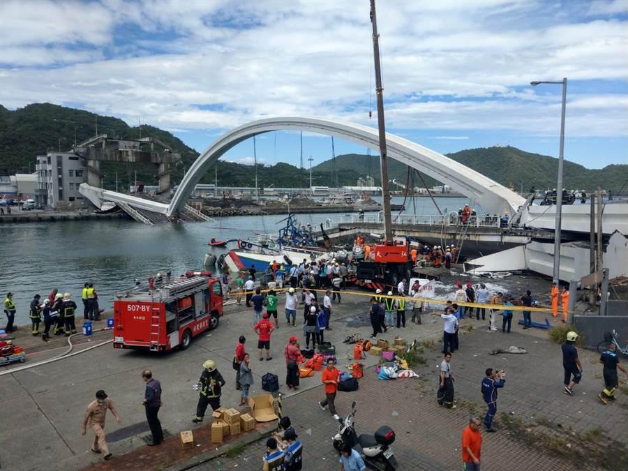 南方澳大橋坍塌現場已封鎖提供救難人員進行救援。(李忠一攝)