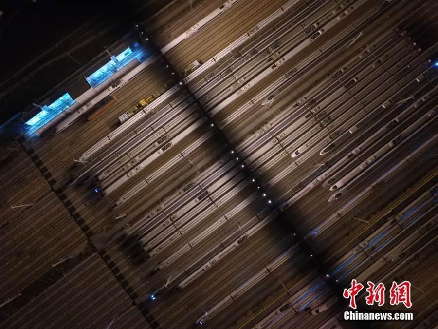 深夜裡,位於廣州番禺的廣州動車段動車組存車場壯觀場面。(照片取自中新網)
