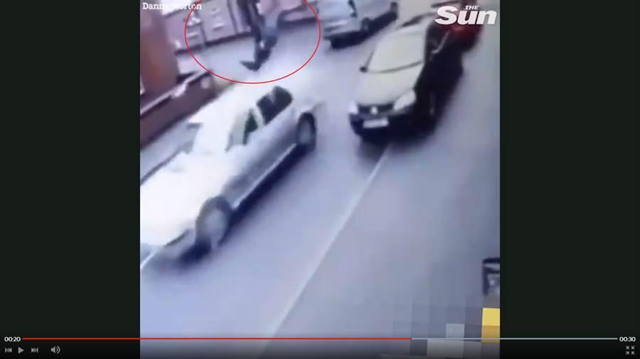 一名約莫20歲左右的竊賊,在行竊完成欲逃離犯罪現場時被迎面而來的轎車攔腰撞上,瞬間45度角騰空飛起,並在空中轉了一圈後重重跌摔在地。(圖/取自太陽報截圖)