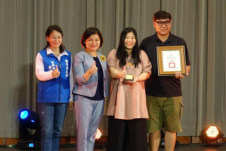 西螺麻糬大王冰上冰DIY片沾麻糬獲首獎第一名及網路人氣獎。(周麗蘭攝)