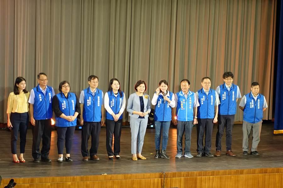 縣長張麗善(右六)率多名局處長出席頒獎典禮以示隆重。(周麗蘭攝)
