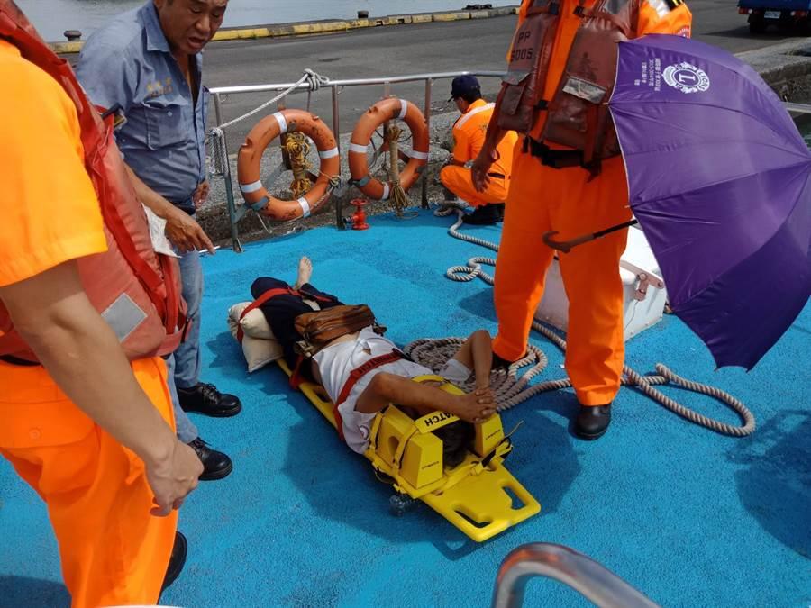 落海油罐車駕駛傷重獲救送醫。(圖/海巡署提供)