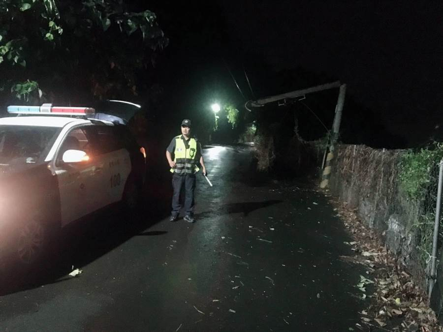 新社大樹倒塌壓斷電桿,警方緊急管制人車。(東勢警分局提供/陳淑娥台中傳真)