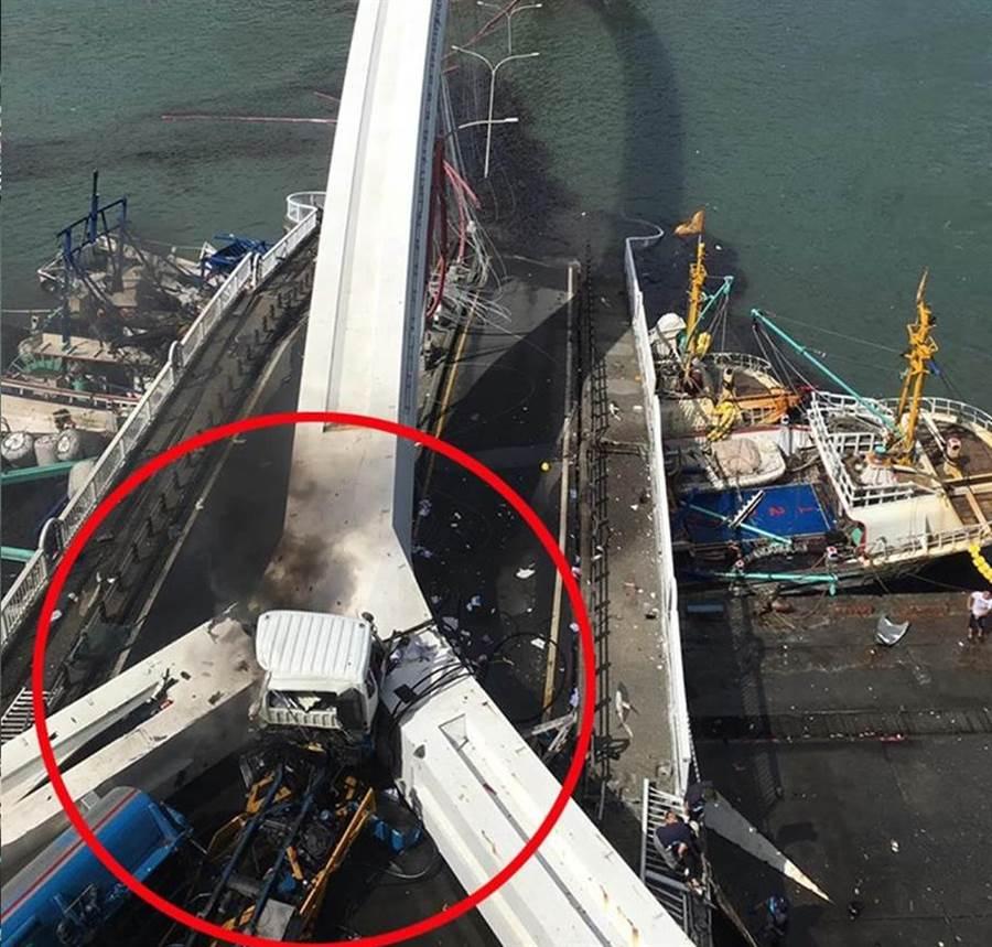 南方澳大橋坍塌,油罐車遭壓起火冒出黑煙。(照片來源:蘇澳鎮公所臉書)