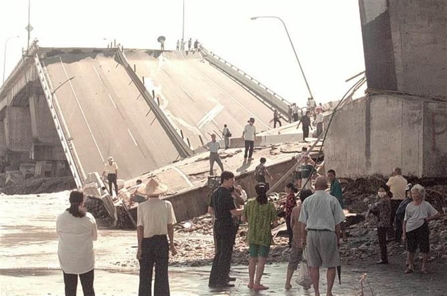 2000年高屏大橋斷落下陷處,有民眾不怕危險,公然登上斷橋上觀光,而好奇的民眾更是川流不息的到高屏大橋下觀望。(中時報系資料照片)
