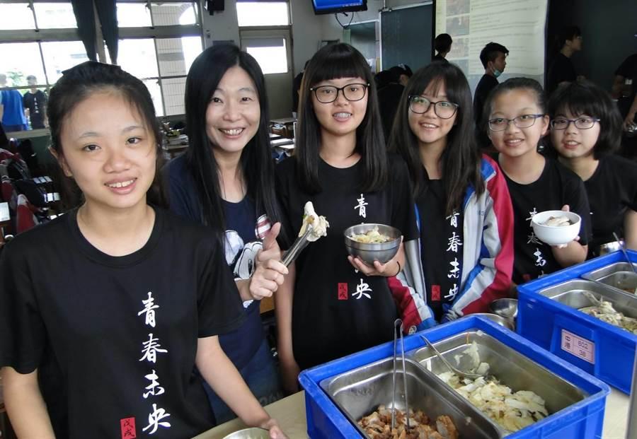中港高中老師蔡芳玲(左二)熱愛幫孩子打菜,秉持「愛、陪伴與快樂學習」的教育理念。(陳淑娥攝)