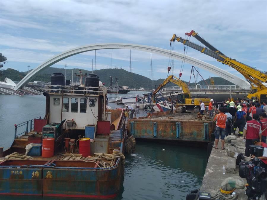 南方澳大橋進行搜救受困漁船,兩名海巡人員負傷。(許家寧攝)