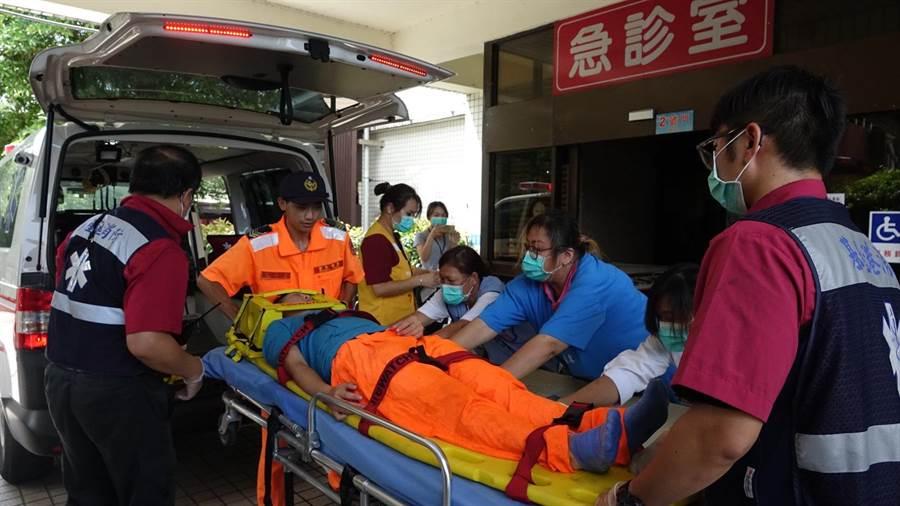 黃姓女海巡人員由救護車於中午12時許送抵醫院。(葉書宏攝)