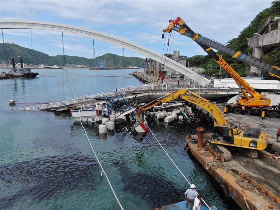 中度颱風米塔逐漸遠離台灣,南方澳跨港大橋今(1日)上午9時許傳出崩塌。(消防署提供/葉書宏宜蘭傳真)