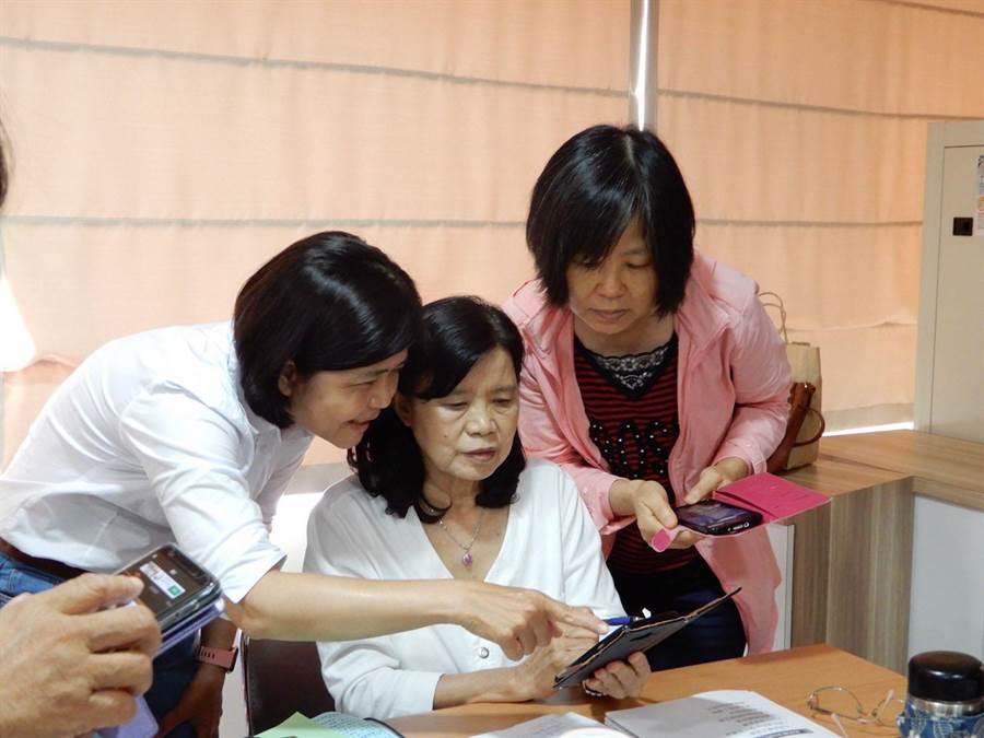 61歲王美雲(左一)透過參加勞動部南區銀髮中心一系列培育課程,學習創建個人品牌。(吳江泉攝)