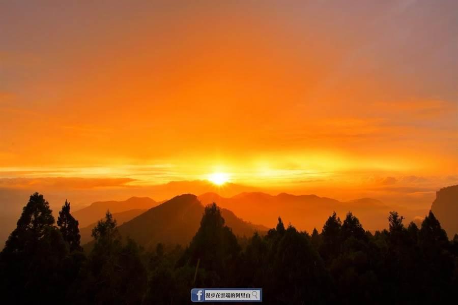 米塔颱風昨天過境台灣,中南部影響輕微,阿里山卻因為颱風過境的關係出現大景「火燒雲」。(黃源明提供/張亦惠嘉縣傳真)
