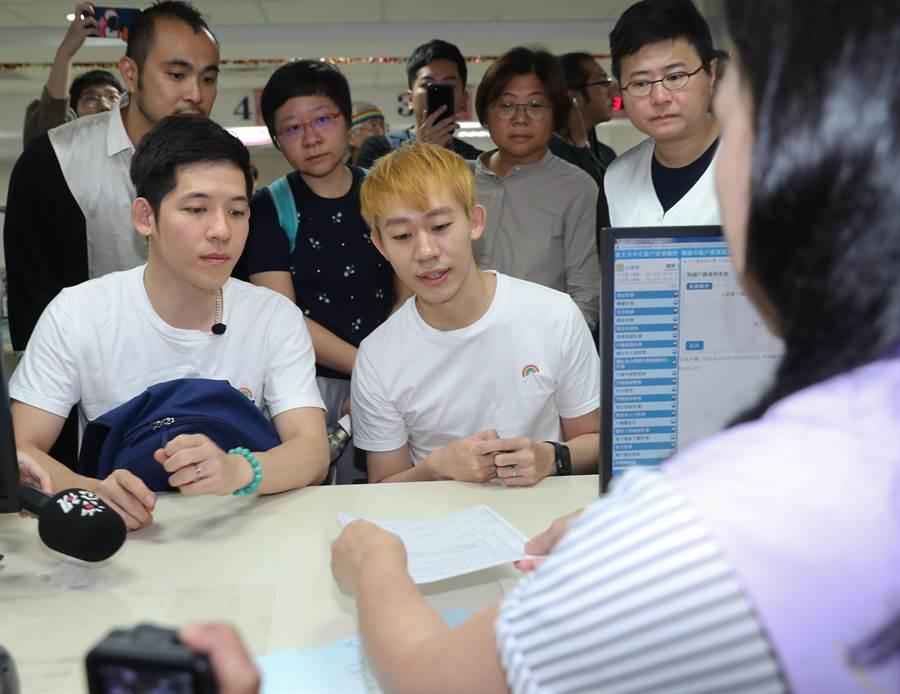 跨國同性伴侶台灣人信奇(前右)與來自澳門的阿古(前左)1日赴台北市中正區戶政事務所辦理婚姻登記。(劉宗龍攝)