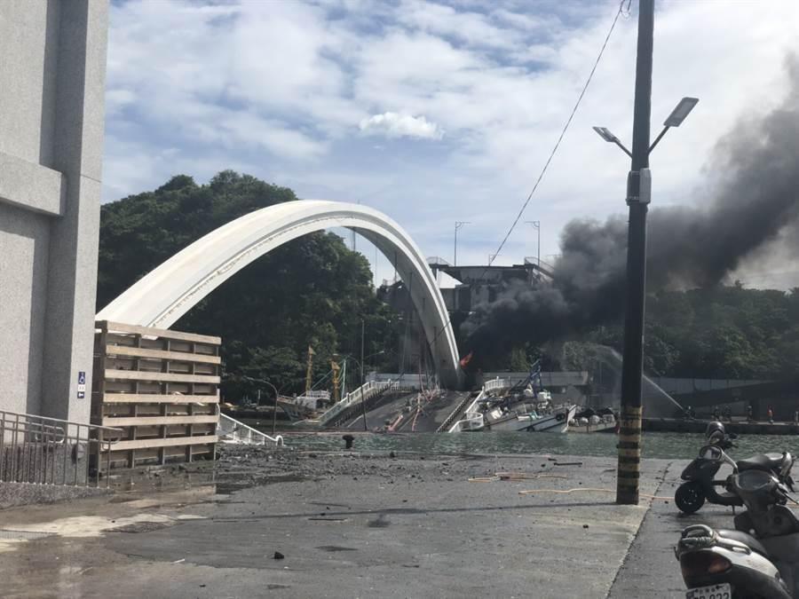 南方澳大橋突然坍塌。(蘇澳鎮公所提供)