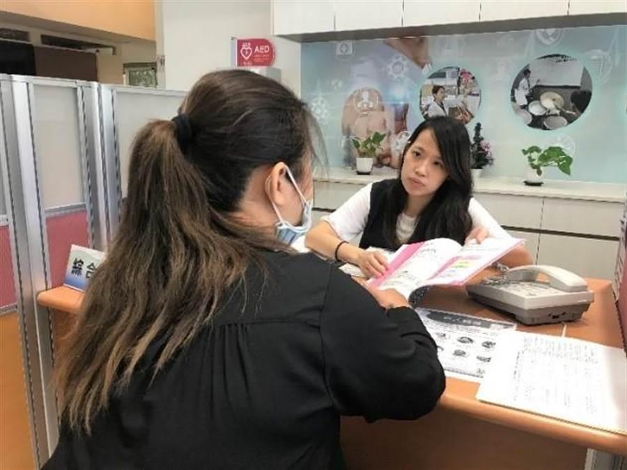 新北中高齡者職場續航中心協助林小姐申請多項長期照顧服務項目,走出工作與照顧的兩難。(新北市勞工局提供/譚宇哲新北傳真)