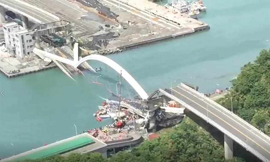 空勤總隊表示,國搜中心申請宜蘭南方澳橋樑坍塌緊急空勘任務。(空勤總隊提供/葉書宏宜蘭傳真)
