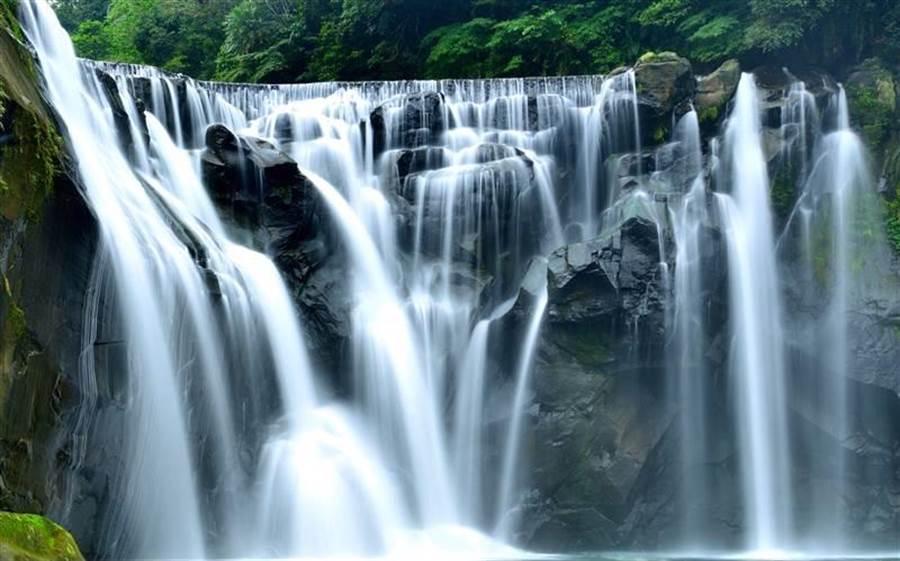 新北市十分瀑布公園即日起閉園時間提前30分鐘。(新北市觀光旅遊局提供/譚宇哲新北傳真)