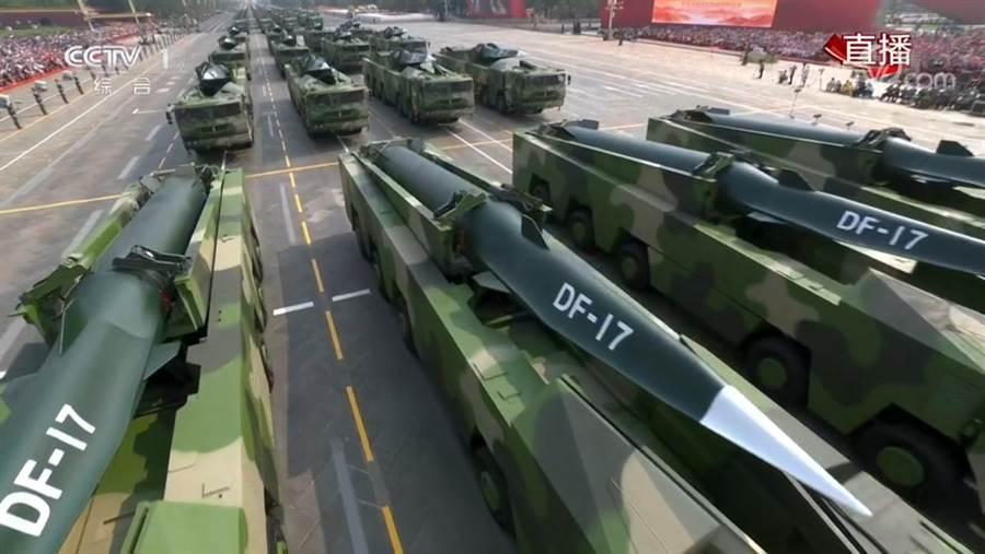 在北京大閱兵常規導彈方隊中的東風-17導彈直播畫面中,可以明顯看到它扁平滑翔器彈頭的奇特造型。(圖/央視直播畫面截圖)